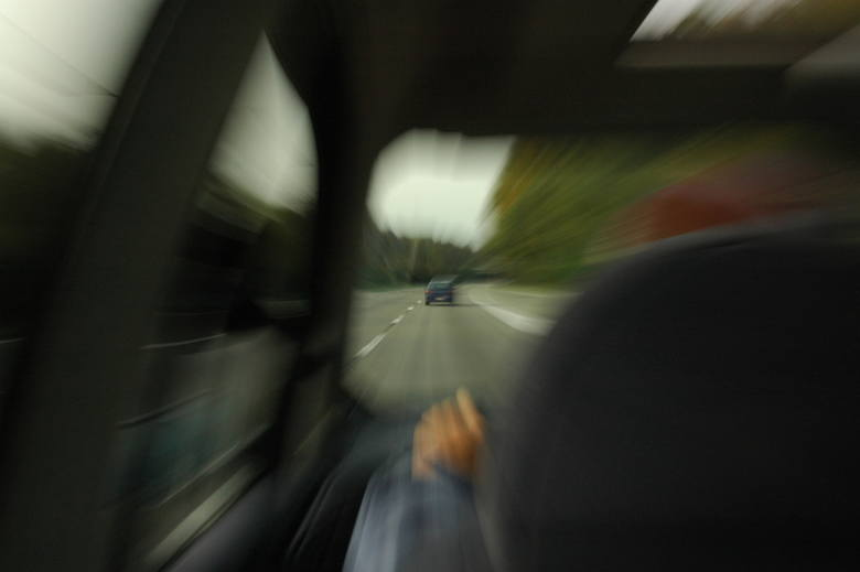 Jesteśmy wielozadaniowi. Niewielu kierowców, jadąc samochodem skupia się tylko i wyłącznie na drodze. Oto najczęstsze i najbardziej niebezpieczne rzeczy,