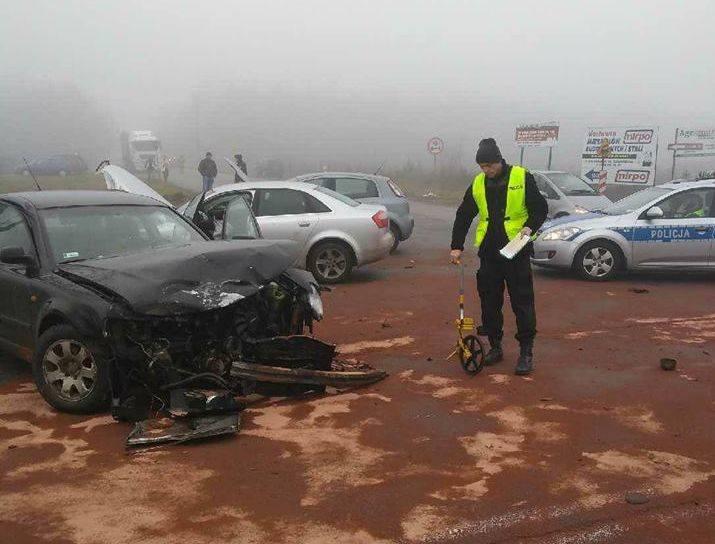 O godz. 10:01 dyżurny KMP w Grajewie odebrał zgłoszenie o wypadku  na DK65 z udziałem 3 samochodów osobowych w miejscowości Koszarówka.