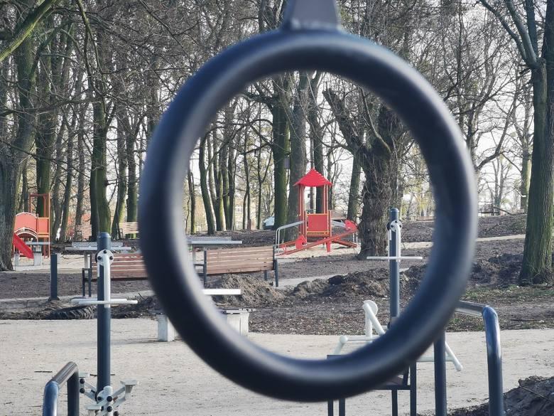 Prace w Parku Glazja w Toruniu powoli dobiegają końca. Zamontowano już większość urządzeń. Teraz nawożona jest nowa ziemia. Zmiany w parku usytuowanym