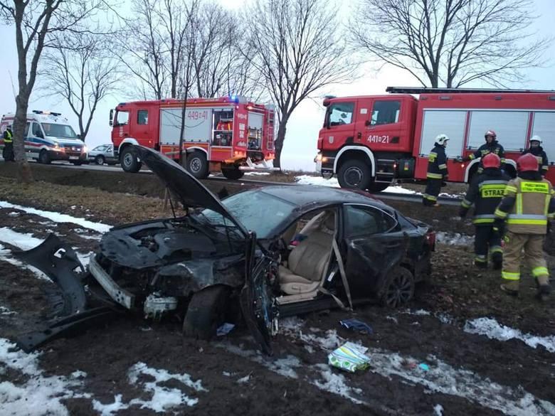 Wypadek na DK 63. Lexus zatrzymał się dopiero na polu (zdjęcia)