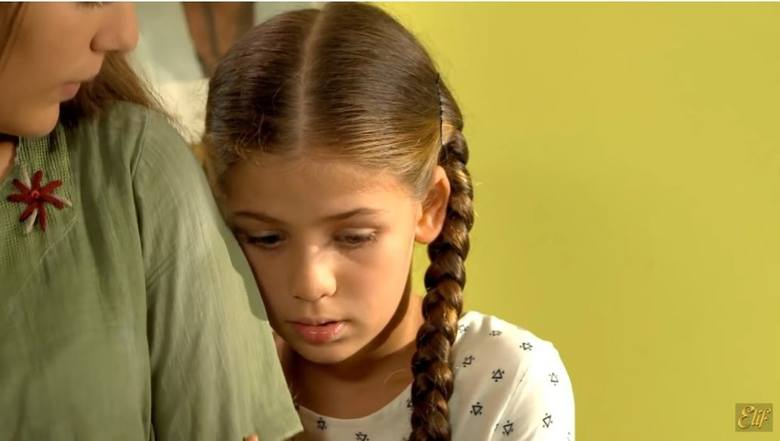 Elif Şimşek/Emiroğlu (Isabella Damla Güvenilir)Dziewczynka, od której wszystko się zaczęło, córka Melek. Torturowana przez Vildan, przechodzi bardzo