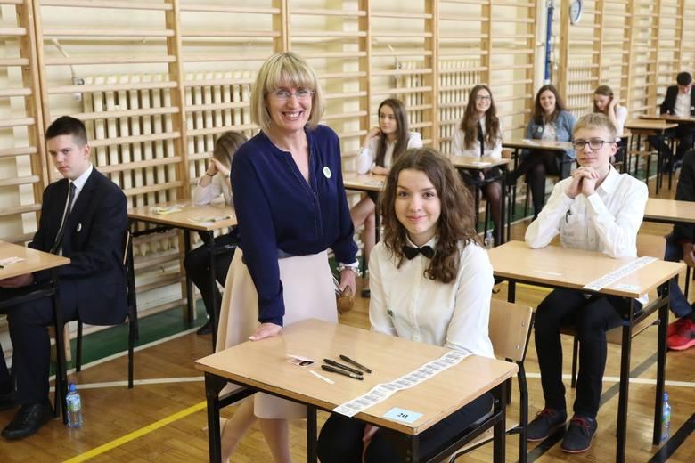 Edyta Lato, dyrektor Gimnazjum numer 23 w Kielcach dodawała otuchy przed egzaminem Karolinie Kołodziej z klasy 3 a.