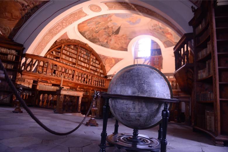 Biblioteka klasztorna, mieszcząca się na piętrze skrzydła wschodniego, ozdobiona została malowidłami Georga Wilhelma Neunhertza w 1736 r.