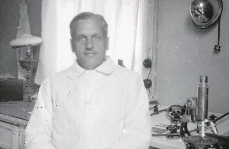 Dr Czesław Wolański w gabinecie lekarskim.  Mogą to być lata  40.