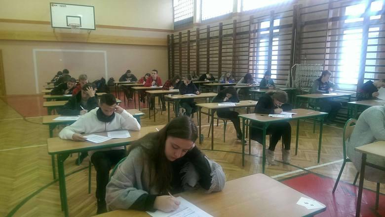 Do próbnego egzaminu ósmoklasisty zasiedli również uczniowie Zespołu Szkół Ogólnokształcących w Siennie koło Lipska.