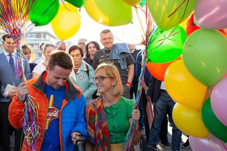 Małgorzata i Rafał Trzaskowscy w czasie kampanii wyborczej przed wyborami na prezydenta Warszawy.Zobacz kolejne zdjęcia. Przesuwaj zdjęcia w prawo -