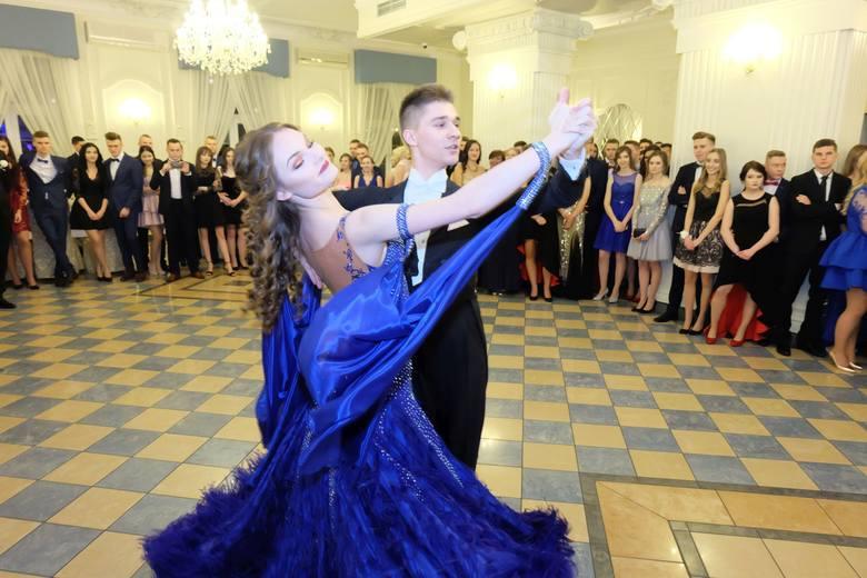Przyszli maturzyści z III Liceum Ogólnokształcącego w Białymstoku bawili się w sobotę w dworku Czarneckiego. Nie zabrakło niespodzianek. Najpierw uczestnicy