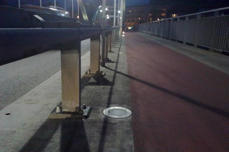 Za iluminację na moście odpowiada Miejski Zarząd Dróg.