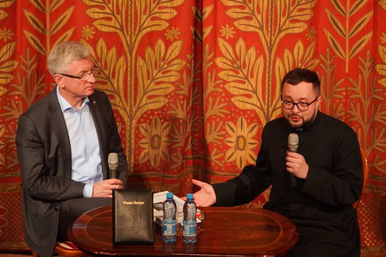 Jacek Jaśkowiak i ksiądz Radosław Rakowski prowadzili lekcję religii w Teatrze Polskim.
