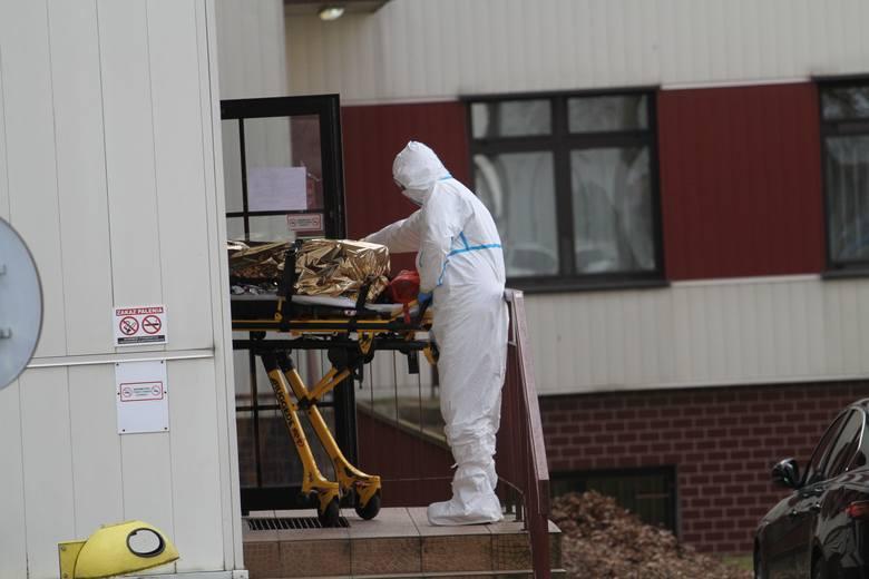 Koronawirus w Tarnobrzegu. Zakażona pacjentka przetransportowana ze szpitala w Tarnobrzegu na oddział zakaźny [ZDJĘCIA, WIDEO]