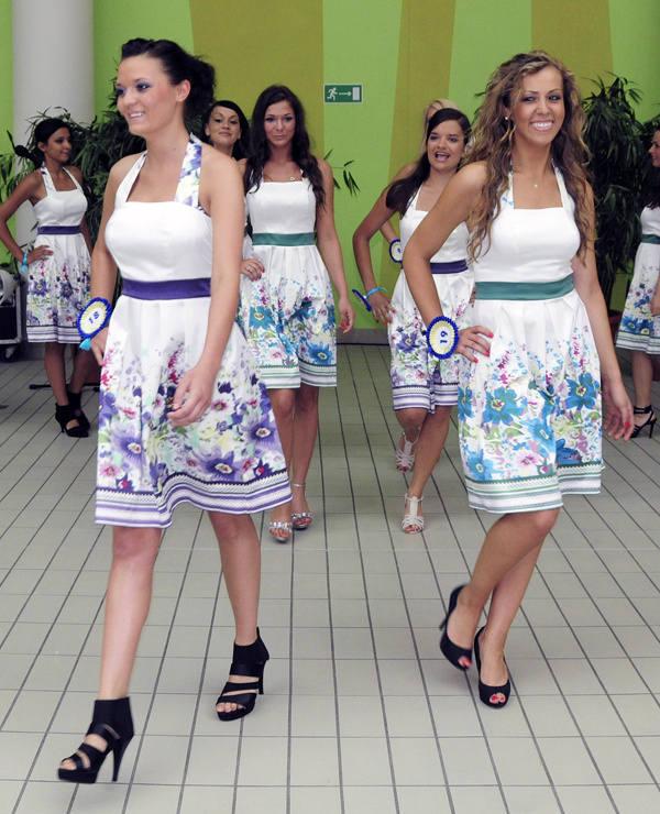 Uczestniczki konkursu zaprezentowały się m.in. w letnich, kwiecistych sukienkach.