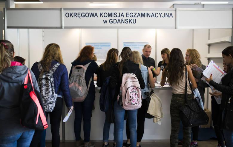 W foyer auli toruńskiego UMK prezentowało się ponad dwadzieścia uczelni publicznych i niepublicznych. Dzięki temu maturzyści mogli dowiedzieć się, jakie kryteria muszą spełnić, by pójść na wymarzone studia.