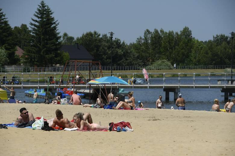 Sobotni upał przyciągnął nad zalew w Borkowie wielu plażowiczów. Chętnych do kąpieli i wypoczynku na rowerkach wodnych nie brakowało. Chłodna woda w