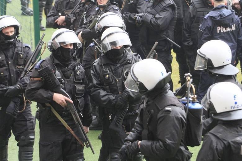 Ponad 200 policjantów wyposażonych w broń gładkolufową i miotacze gazu pojawiło się na stadionie Widzewa
