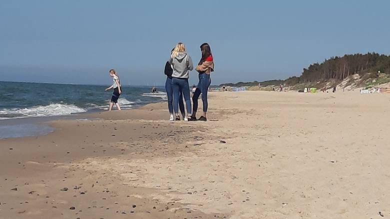 Piękna słoneczna pogoda zachęca do wybrania się nad morze. W Łazach tłumów nie ma, ale na plaży można spotkać już tych, którzy chcą skorzystać z ciepła.Zobacz