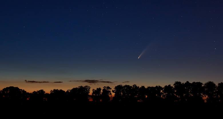 Naszemu Czytelnikowi udało się zrobić zdjęcie komety NEOWISE. Mikołaj Kamieński sfotografował ją w nocy z 10 na 11 lipca w Złotnikach, Morasku oraz nad