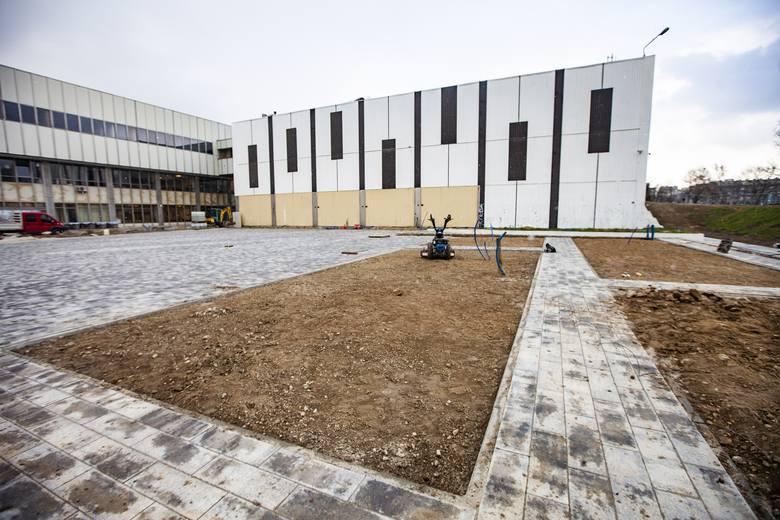 Rewitalizacja terenu przy Nowohuckim Centrum Kultury dobiega końca. Na koniec zostaną odnowione schody na Łąki Nowohuckie [zdjęcia]
