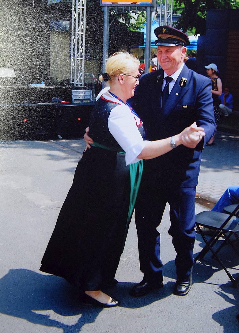 14 czerwca 2015 roku, Grodzisk Mazowiecki. Przy aplauzie widowni Józef Kaźmierczak tańczy z Austriaczką z zespołu muzycznego<br />