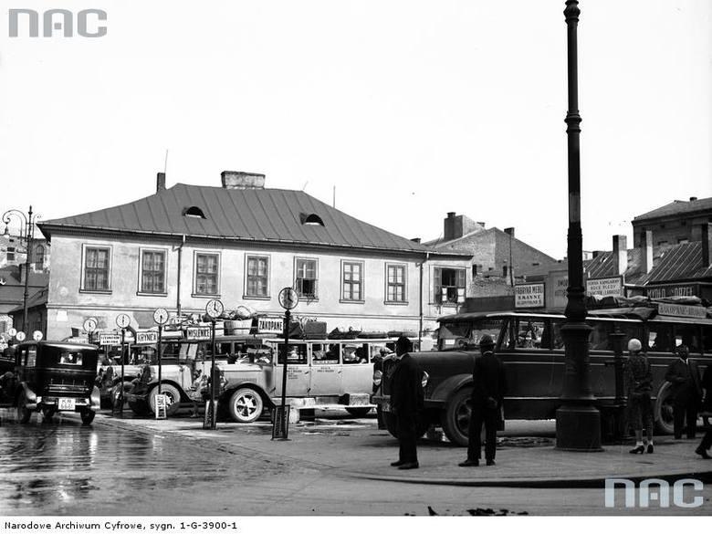 """W latach 30. autobusy były podstawowym środkiem transportu pomiędzy miejscowościami położonymi z dala od linii kolejowych <font color=""""blue""""><a href=""""http://www.audiovis.nac.gov.pl/obraz/84715:1/""""><b>Zobacz zdjęcie w zbiorach NAC</b></a> </font>"""