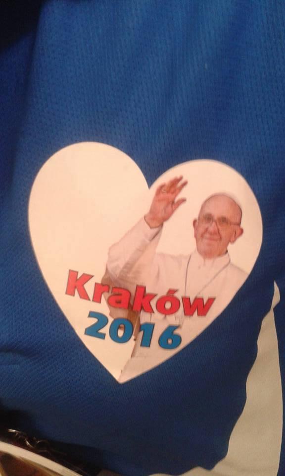 Naciągacze w koszulkach z logo ŚDM-u zbierają datki do puszek