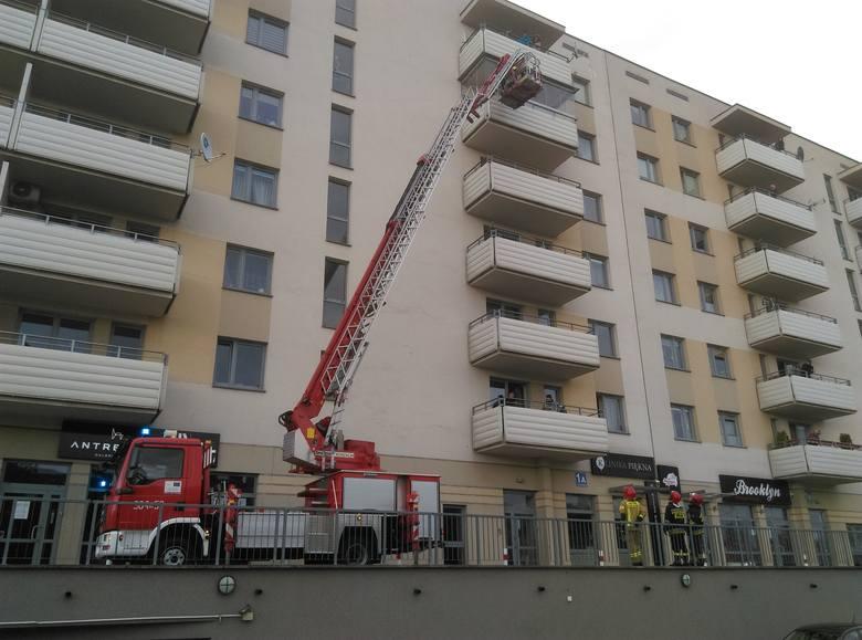 W bloku przy Żeromskiego w Białymstoku mieszkańcy poczuli swąd spalenizny. Wezwali straż pożarną.