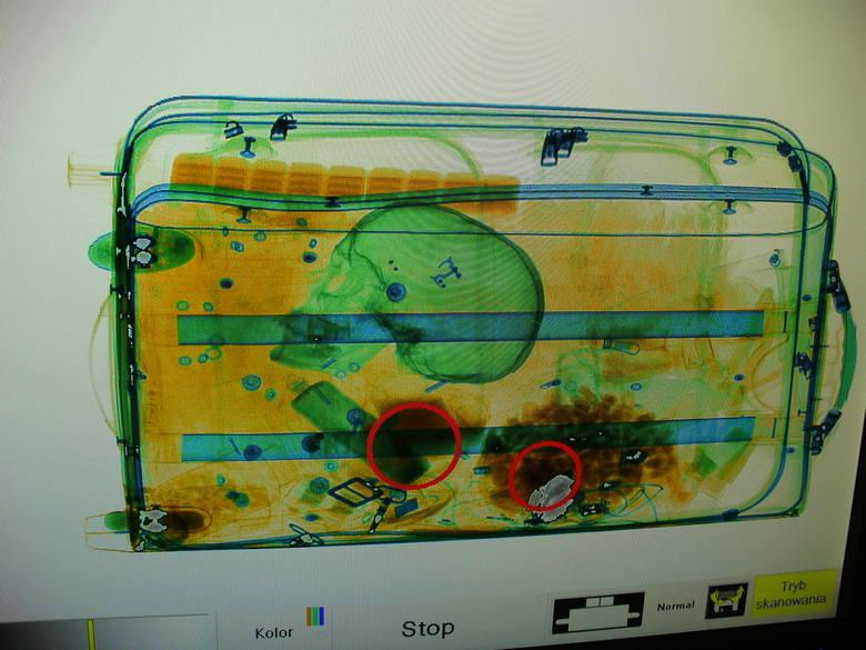 Nieczęsto w bagażach podróżnych znajduje się ludzkie szczątki. Tym razem z takim bagażem funkcjonariusze KAS spotkali się na lotnisku Szczecin-Goleniów.