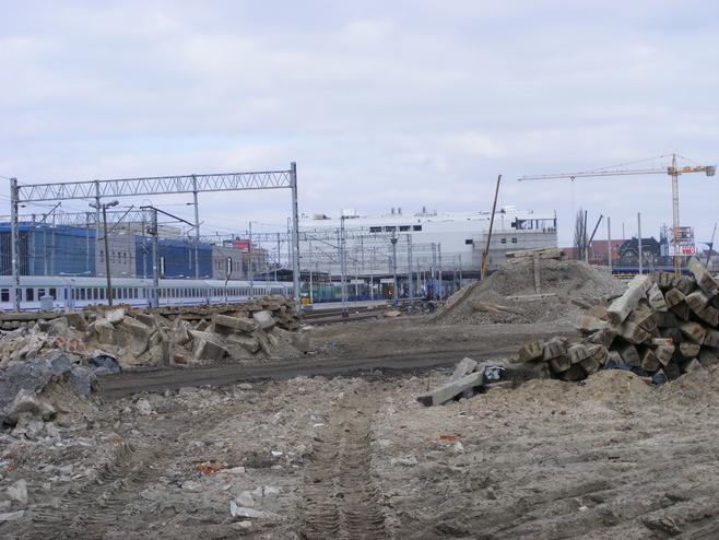 Za  budynkiem  nowego dworca kolejowego stanie   wielopoziomowy parking dla około 1500 aut i galeria handlowa