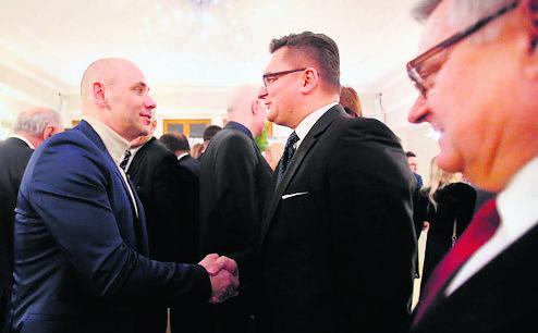 Marcin Wyrostek ściska dłoń Marcina Krupy, prezydenta Katowic. Obok z gratulacjami spieszy Edward Lasok, prezydent Mysłowic