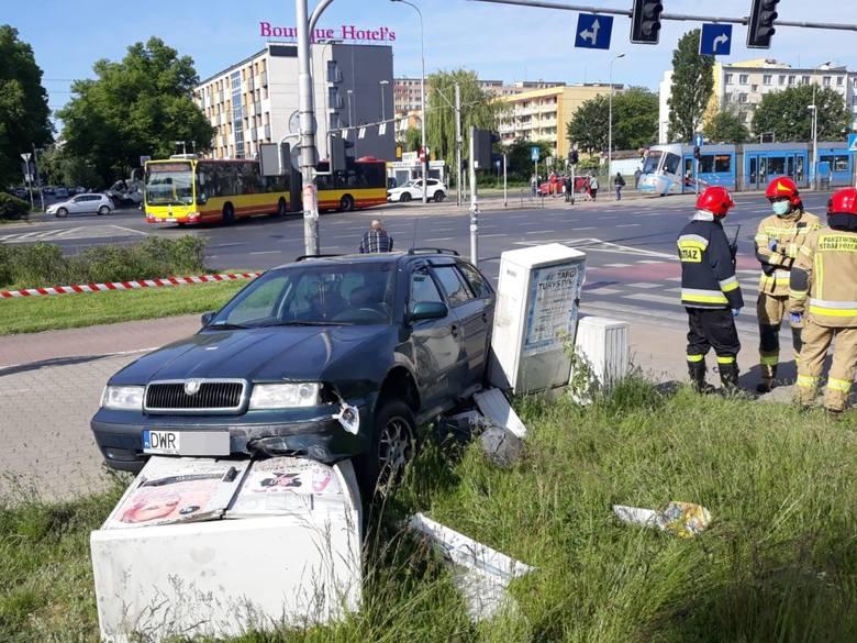 Wrocław: Wypadek na Legnickiej. Ukrainiec wjechał na czerwonym i staranował przejście