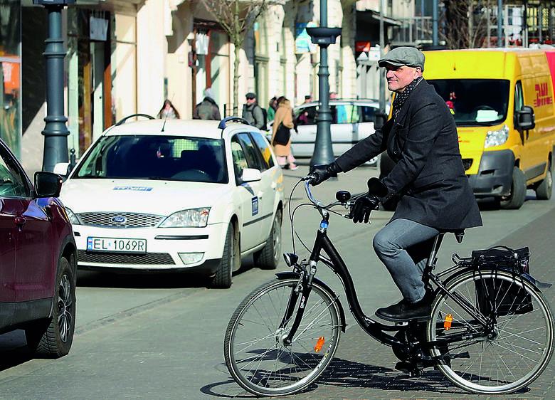 Gdy szef przyjeżdża na rowerze, a pracownik z dumą odpala silnik