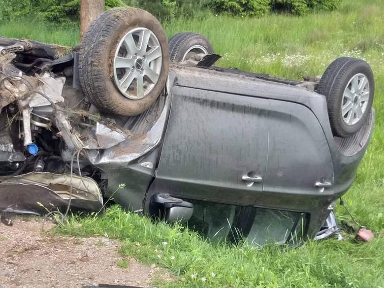 Macharce: Wypadek. Auto uderzyło w drzewo i dachowało. Kobieta w szpitalu