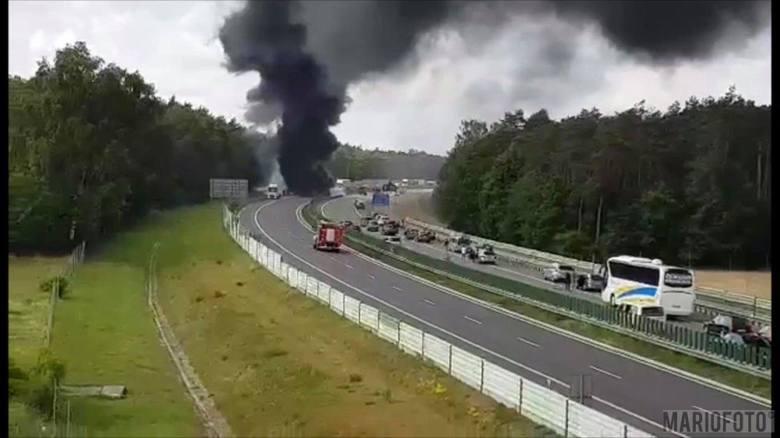 Naczepa ciężarówki, na której przewożony był granulat plastikowy, spłonęła na autostradzie A4. Do pożaru doszło około 13.30 na 250. kilometrze trasy