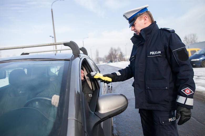 W momencie zatrzymania do kontroli kierowca musi pamiętać, by trzymać ręce na kierownicy i nie wykonywać żadnych gwałtownych ruchów. W przeciwnym wypadku