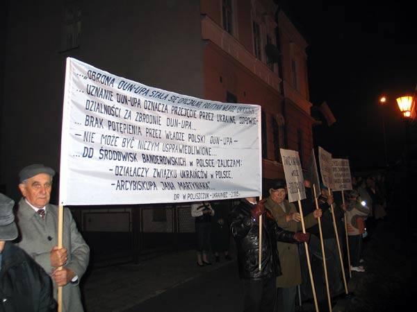 Antyukrainskie transparenty w PrzemyśluOstre w treści hasla, wypisane na transparentach, towarzyszyly przemyskim obchodom 90. rocznicy odzyskania ni