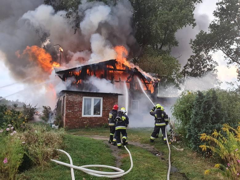 Około godz. 18:20 - pożar domu jednorodzinnego przy ulicy Korytybskiej. Od uderzenia pioruna zapaliło się i spłonęło poddasze domu jednorodzinnego.