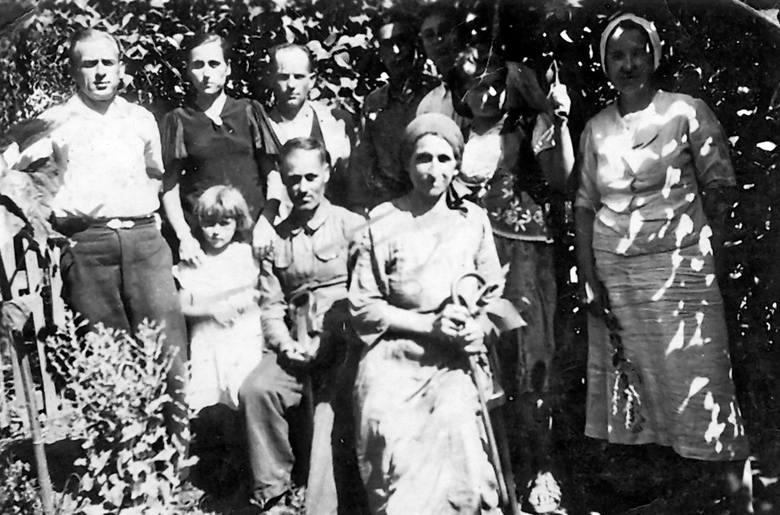 Lato 1942. Równe, ul. Piękna 18 lub 19. Siedzą dziadkowie Paulina i Franciszek Czyżewscy. Stoją od lewej: rodzice Antoni i Bronisława Bałowie z Danutą.