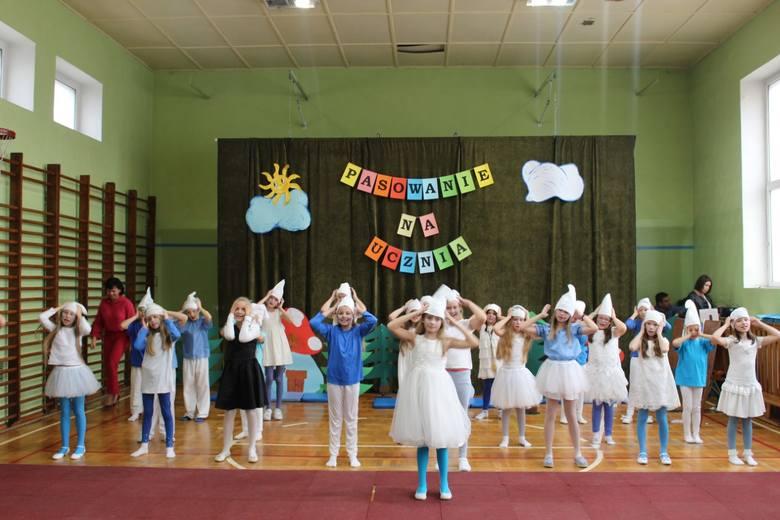 Dziś  w Szkole Podstawowej nr 11 w Inowrocławiu odbyła się wyjątkowa uroczystość. Dzieci z klas pierwszych złożyły ślubowanie i zostały pasowane na ucznia.