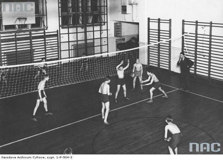 Sala gimnastyczna. Mecz siatkówki mężczyzn.