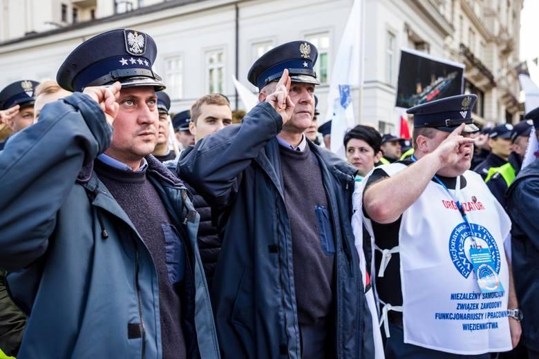2 października w Warszawie protestowali przedstawiciele służb mundurowych. Po tygodniu udało się osiągnąć porozumienie.