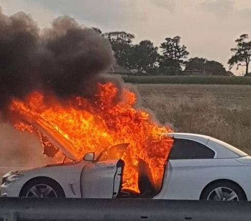 W czwartkowy wieczór (1 sierpnia) na obwodnicy Inowrocławia, na wysokości miejscowości Marulewy, doszło do pożaru samochodu marki BMW. Jak informuje