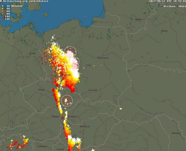 wyładowania atmosferyczne w chwili, gdy układ burzowy wkraczał do regionu
