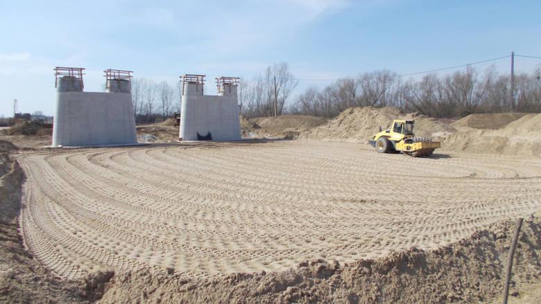 Wykonawcy realizujący budowę drogi S19 na Podkarpaciu nie przerywają prac na budowach dróg. Jednak w związku z ograniczeniami związanymi z epidemią koronawirusa,
