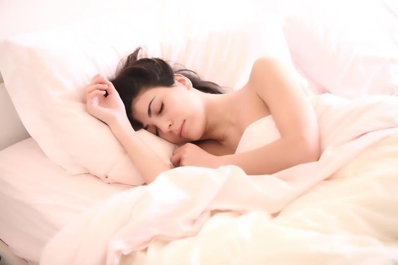 Okazuje się, że uwolnienie naszego ciała w nocy ze zbędnych ciuchów, może mieć  znaczący wpływ na nasze zdrowie. Na dobry sen i samopoczucie następnego