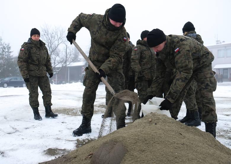 """120 żołnierzy z 34. Batalionu Lekkiej Piechoty w Jarosławiu ćwiczyło w niedziele wspólnie z przemyskimi strażakami. """"Terytorialsi"""""""
