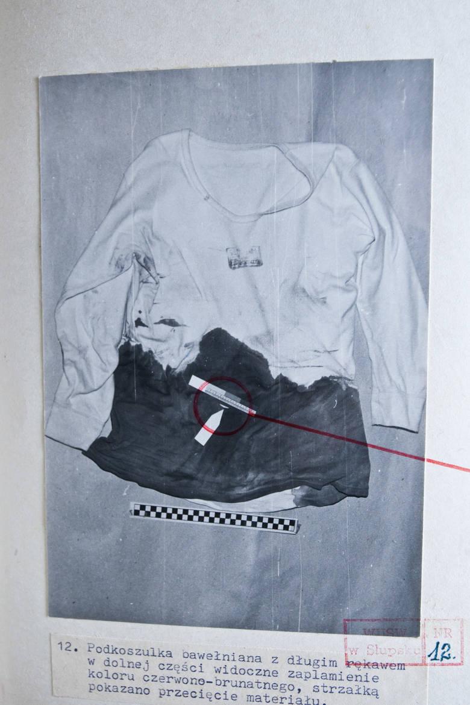 Zakrwawiona koszula ofiary. Po ciosie nożem nastąpiło ogromne krwawienie, które było przyczyną śmierci.