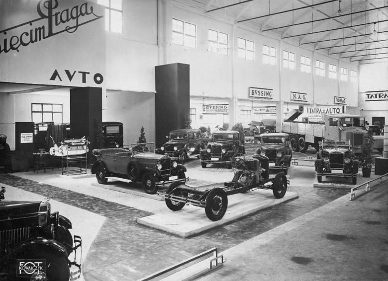 1930 r. Międzynarodowa Wystawa Komunikacji i Turystyki w PoznaniuDział motoryzacyjny. Na pierwszym planie widoczne modele firmy Oświęcim-Praga. W głębi
