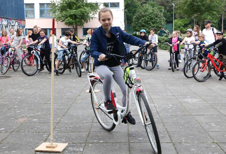 Najpierw test z przepisów, obsługi technicznej roweru i pierwszej pomocy, a na końcu jazda zgodnie z zasadami ruchu. Egzamin na kartę rowerową to wcale