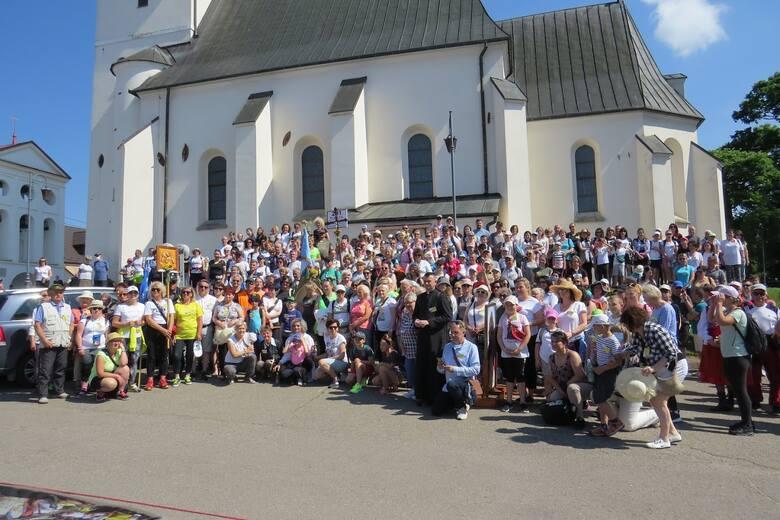 Około 350 osób wzięło udział w 201. pielgrzymce ze Staszowa do Sulisławic. Do Sanktuarium Maryjnego mieszkańcy zanieśli rożne modlitwy i intencje. Już