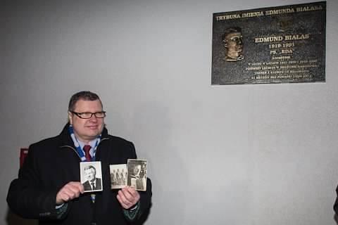 Na stadionie przy tablicy pamiątkowej poświęconej ojcu i z jego fotografiami.