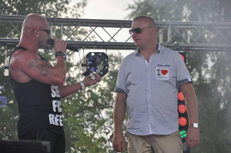 Rafał Czubak (z prawej) na imprezy organizowane przez Agencję Pomidżi zapraszał gwiazdy. Tu w 2015 roku podczas Festiwalu Disco Polo w Szydłowcu w towarzystwie